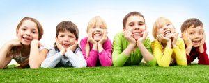 Dzieci na trawie - Fundacja Delhan